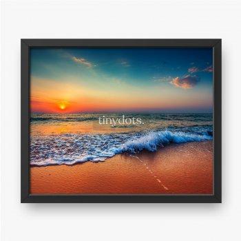 Schöner Sonnenaufgang über dem Meer und brechende Ozeanwelle