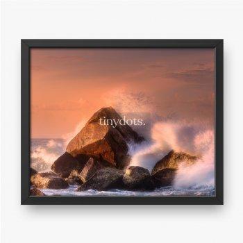 Tropischer Strand mit Felsen und großen Wellen