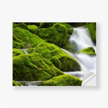 Aufkleber Ein wunderschöner fließender Wasserfall zwischen den Steinen