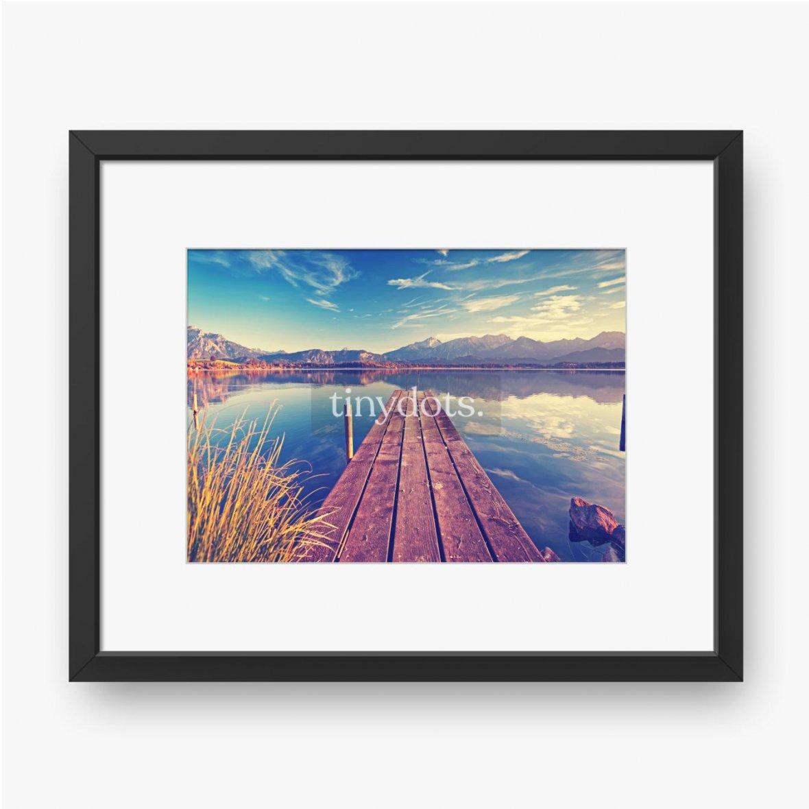 Gerahmte Poster Pier über den See vor dem Hintergrund der Berge