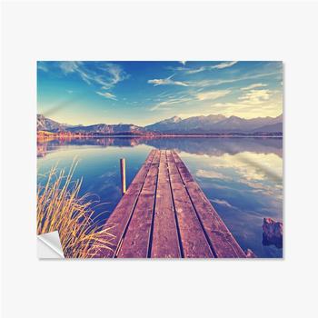 Selbstklebende Poster Pier über den See vor dem Hintergrund der Berge