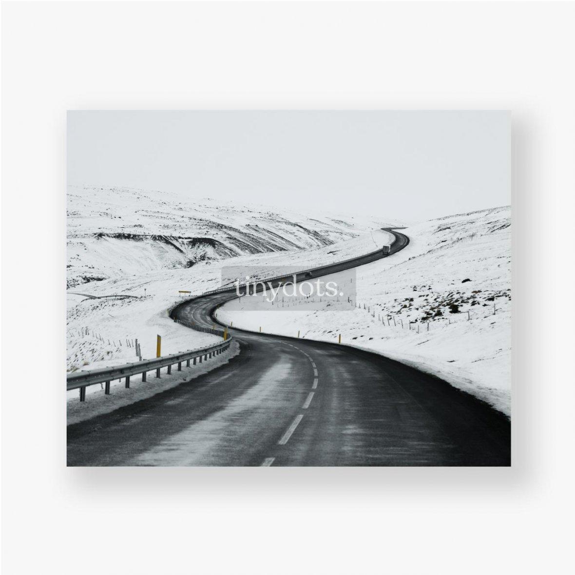 Poster Bergauf Straßenlandschaft im Winter bei Island. Asphaltstraße mit seitlich voller Schnee