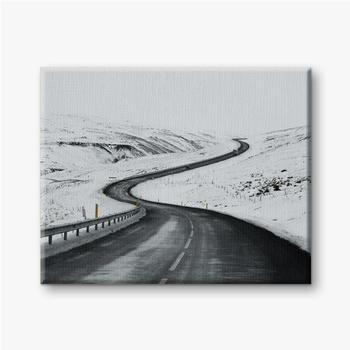 Leinwandbilder Bergauf Straßenlandschaft im Winter bei Island. Asphaltstraße mit seitlich voller Schnee
