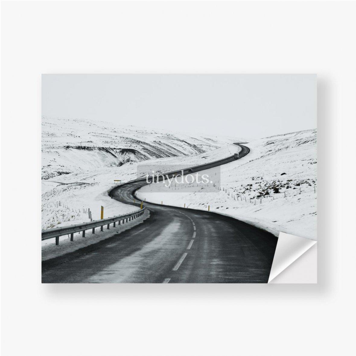 Aufkleber Bergauf Straßenlandschaft im Winter bei Island. Asphaltstraße mit seitlich voller Schnee
