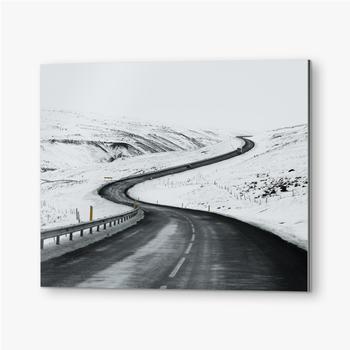 Bilder auf Alu-Dibond Bergauf Straßenlandschaft im Winter bei Island. Asphaltstraße mit seitlich voller Schnee