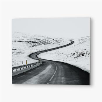 Bilder auf PVC Bergauf Straßenlandschaft im Winter bei Island. Asphaltstraße mit seitlich voller Schnee