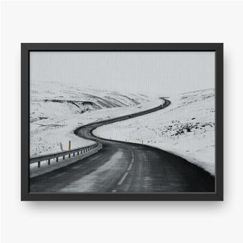 Gerahmte Leinwandbilder Bergauf Straßenlandschaft im Winter bei Island. Asphaltstraße mit seitlich voller Schnee