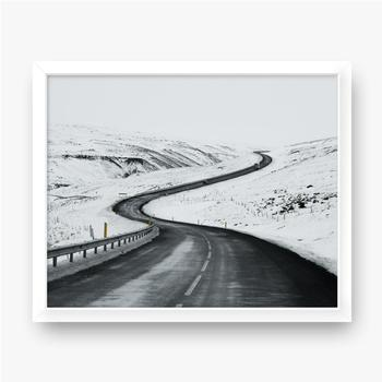 Gerahmte Poster Bergauf Straßenlandschaft im Winter bei Island. Asphaltstraße mit seitlich voller Schnee