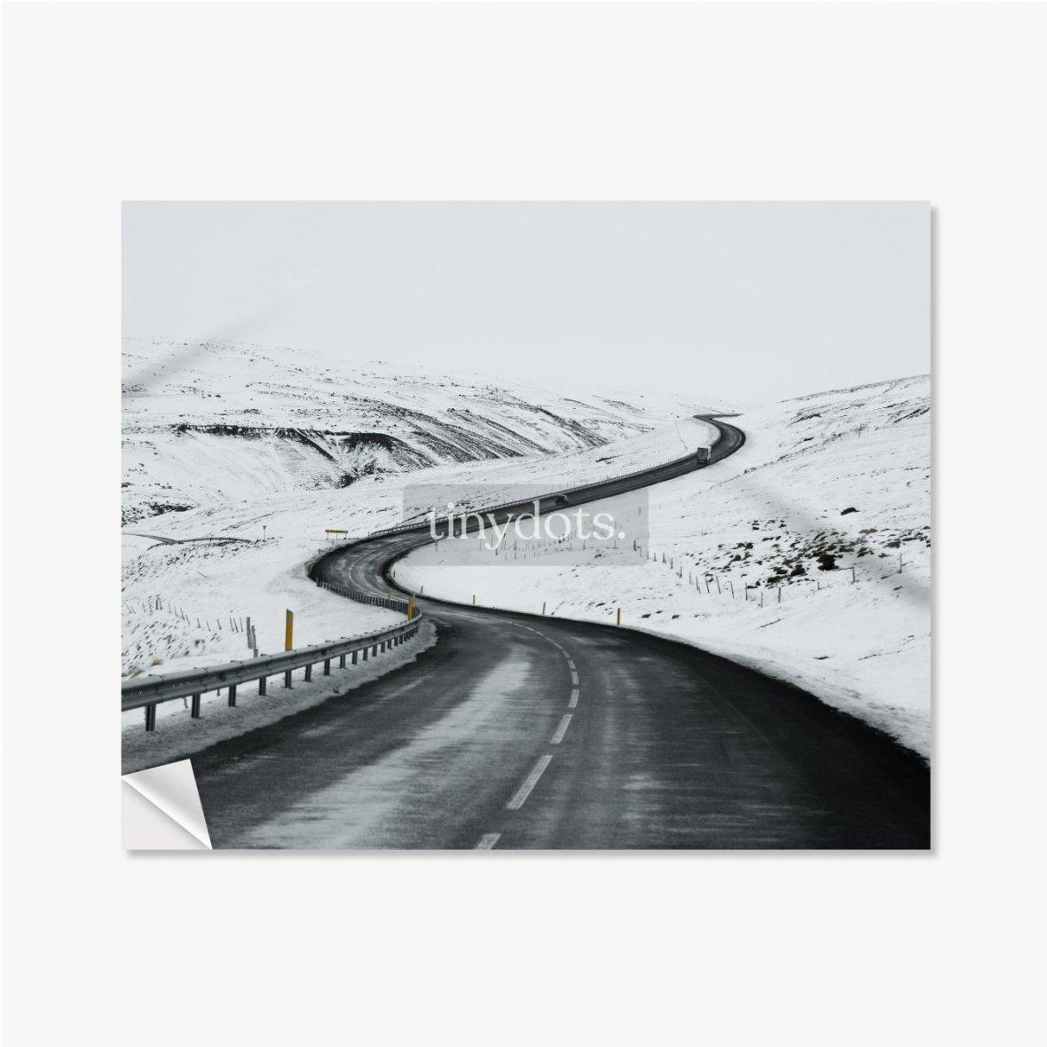 Selbstklebende Poster Bergauf Straßenlandschaft im Winter bei Island. Asphaltstraße mit seitlich voller Schnee