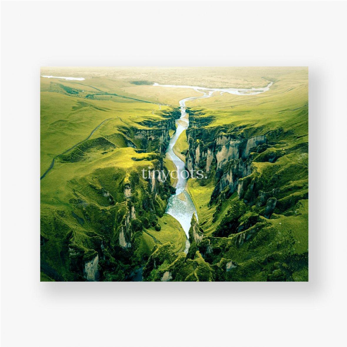 Poster Schroffe Landschaft des Fjadrargljufur Canyon in Island. Luftaufnahme.