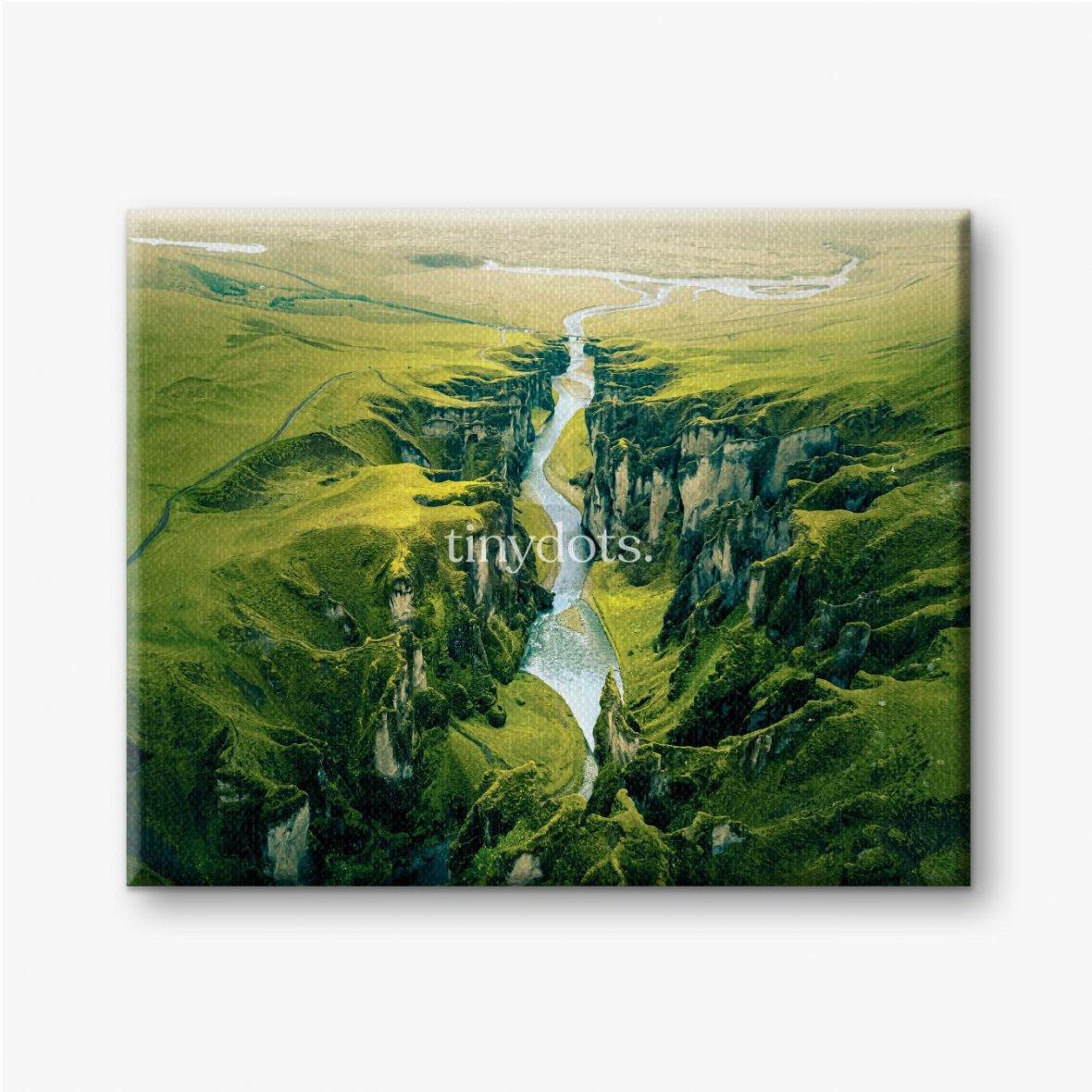 Leinwandbilder Schroffe Landschaft des Fjadrargljufur Canyon in Island. Luftaufnahme.