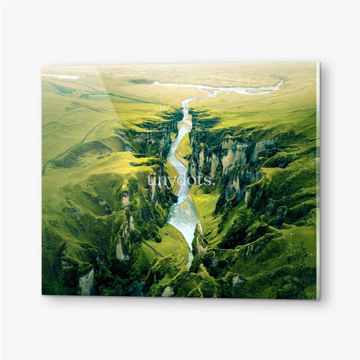 Bilder auf Acrylglas Schroffe Landschaft des Fjadrargljufur Canyon in Island. Luftaufnahme.