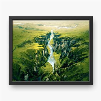 Gerahmte Poster Schroffe Landschaft des Fjadrargljufur Canyon in Island. Luftaufnahme.
