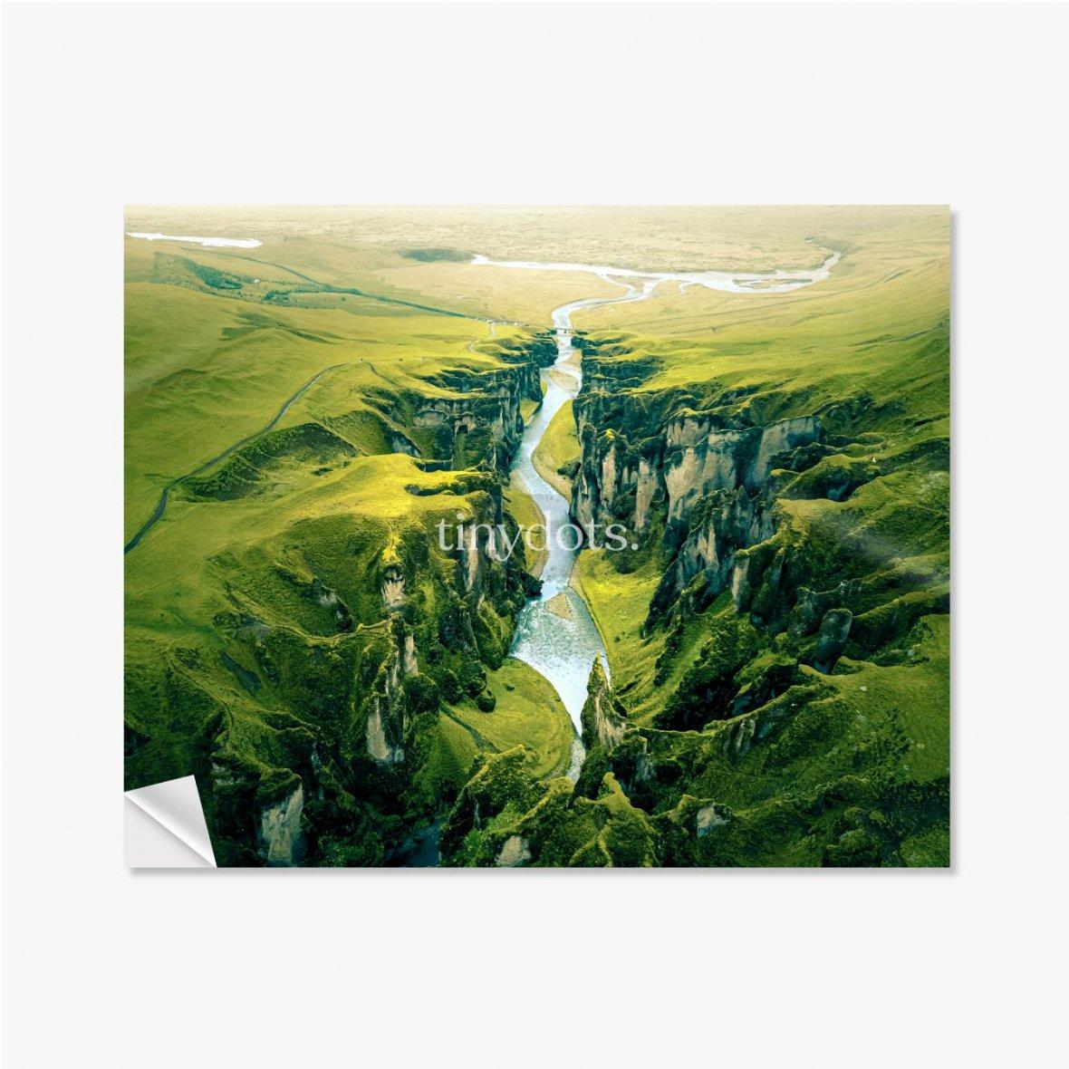Selbstklebende Poster Schroffe Landschaft des Fjadrargljufur Canyon in Island. Luftaufnahme.