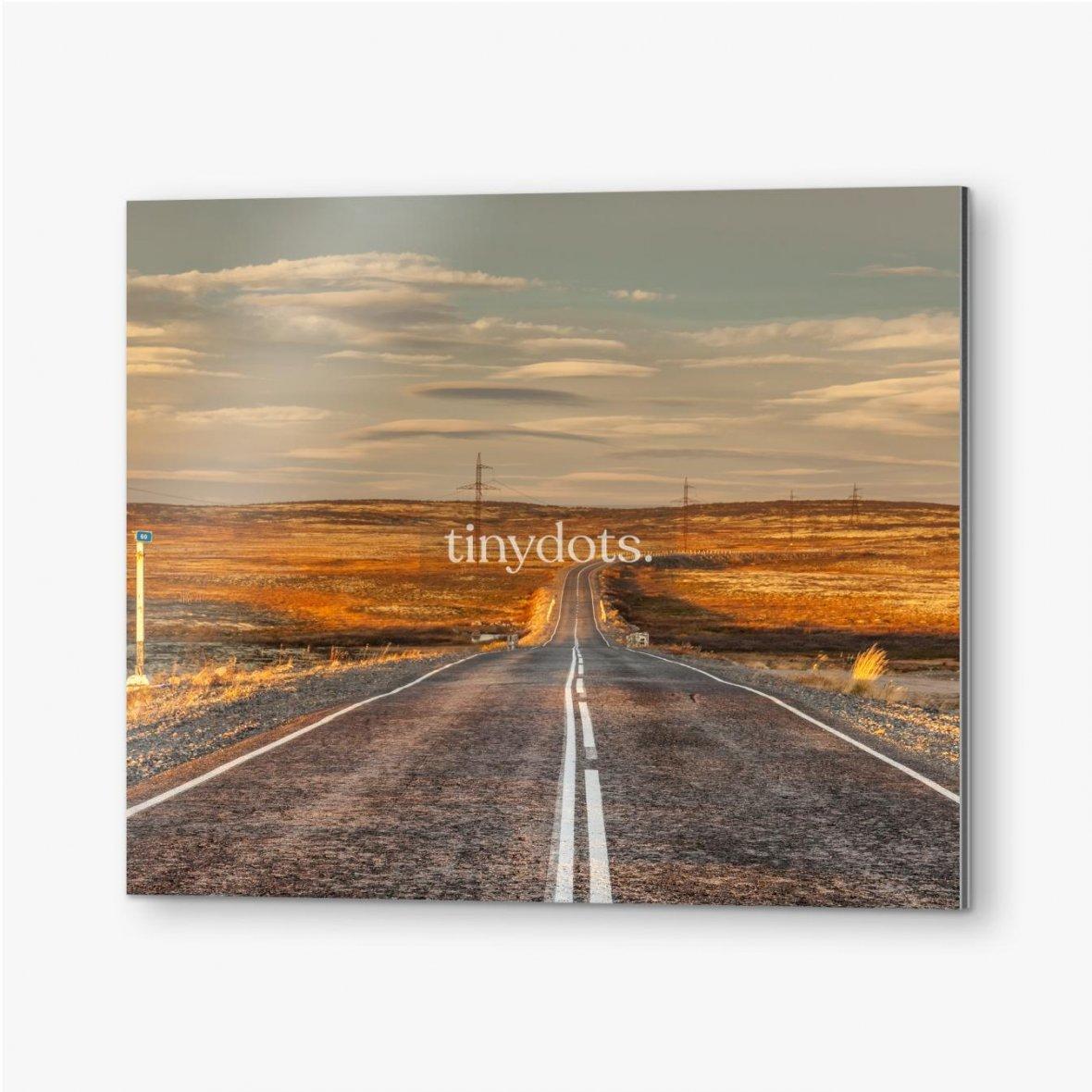 Bilder auf Alu-Dibond Nördliche Landstraße zwischen Hügeln mit bunten Herbsttundra-Bäumen und Büschen an einem bewölkten Tag. Reise nach Teriberka. Ko