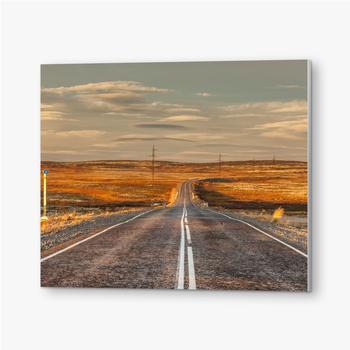 Bilder auf PVC Nördliche Landstraße zwischen Hügeln mit bunten Herbsttundra-Bäumen und Büschen an einem bewölkten Tag. Reise nach Teriberka. Ko