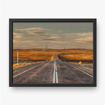 Gerahmte Leinwandbilder Nördliche Landstraße zwischen Hügeln mit bunten Herbsttundra-Bäumen und Büschen an einem bewölkten Tag. Reise nach Teriberka. Ko