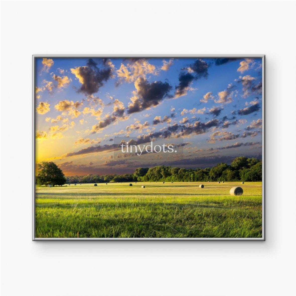 Gerahmte Poster Heuballen bei Sonnenaufgang