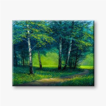 Morgengrüne Landschaft mit Bäumen. Wiese und Wald.