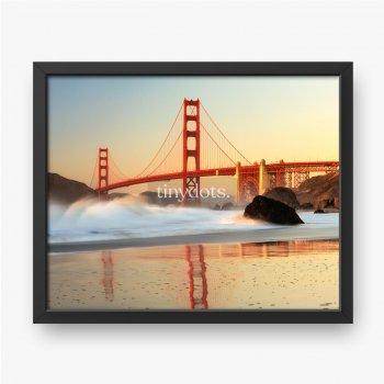 Widok na most Golden Gate z plaży o wschodzie słońca