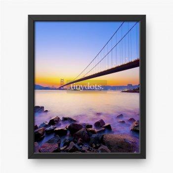 Most na wybrzeżu przy zachodzie słońca