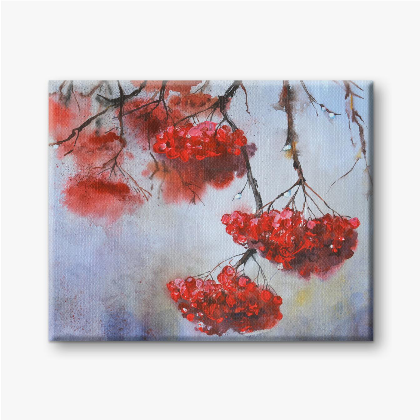 Rote Ebereschenfrucht mit Regenwetterhintergrund