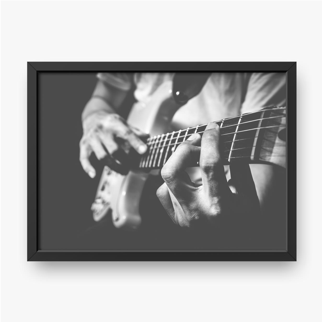 Hände eines Mannes, der Gitarre spielt