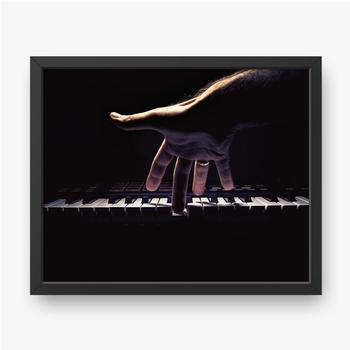 Eine Hand auf einer Klaviertaste