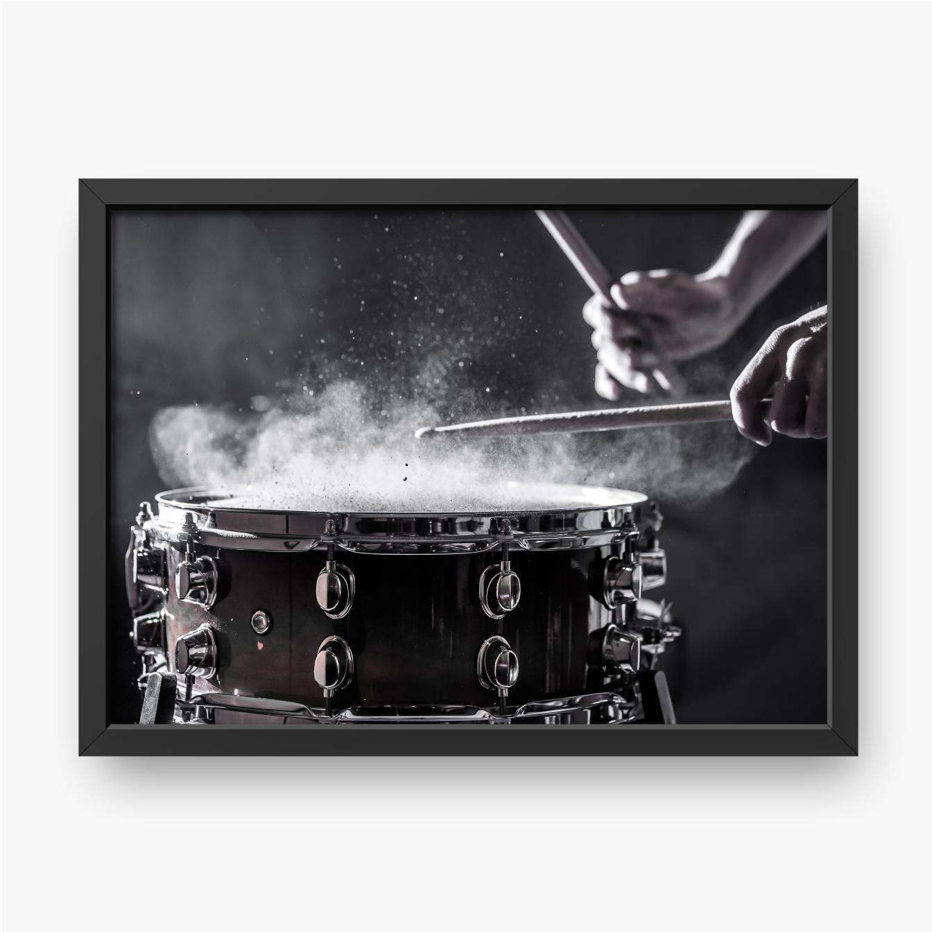 Der Musiker spielt Schlagzeug