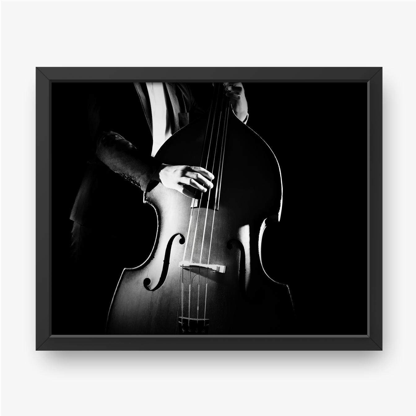 Muzyk grający na kontrabasie