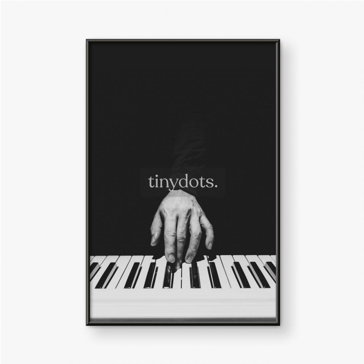 Gerahmtes Poster Musikerhand spielt auf Klaviertasten