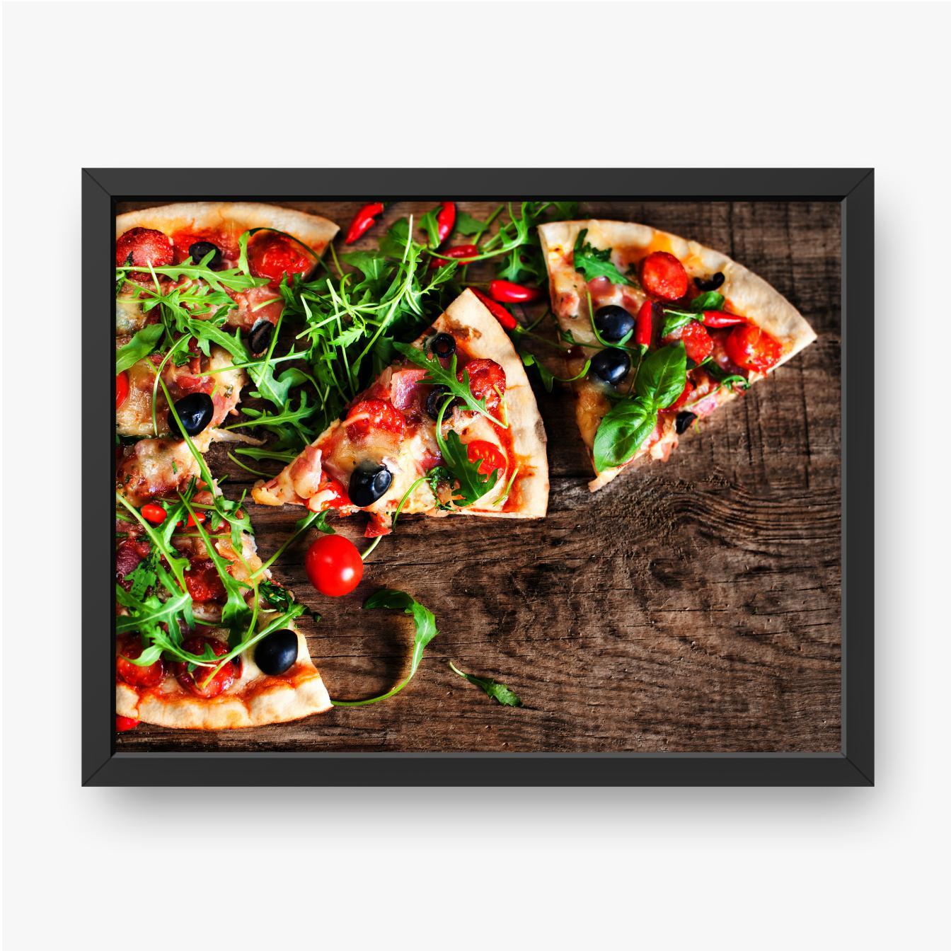 Pizza mit Rucola auf einem Holztisch