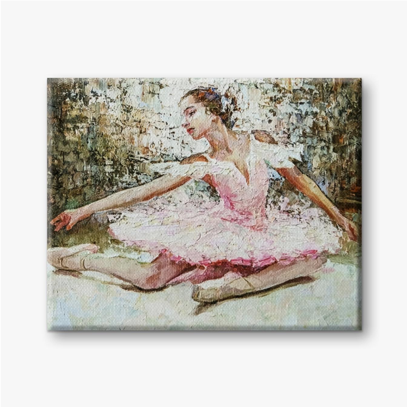Junges schönes Mädchen, Ballerina in einem üppigen rosa Ballett-Tutu während einer Aufführung auf dem ausdrucksstarken Hintergru