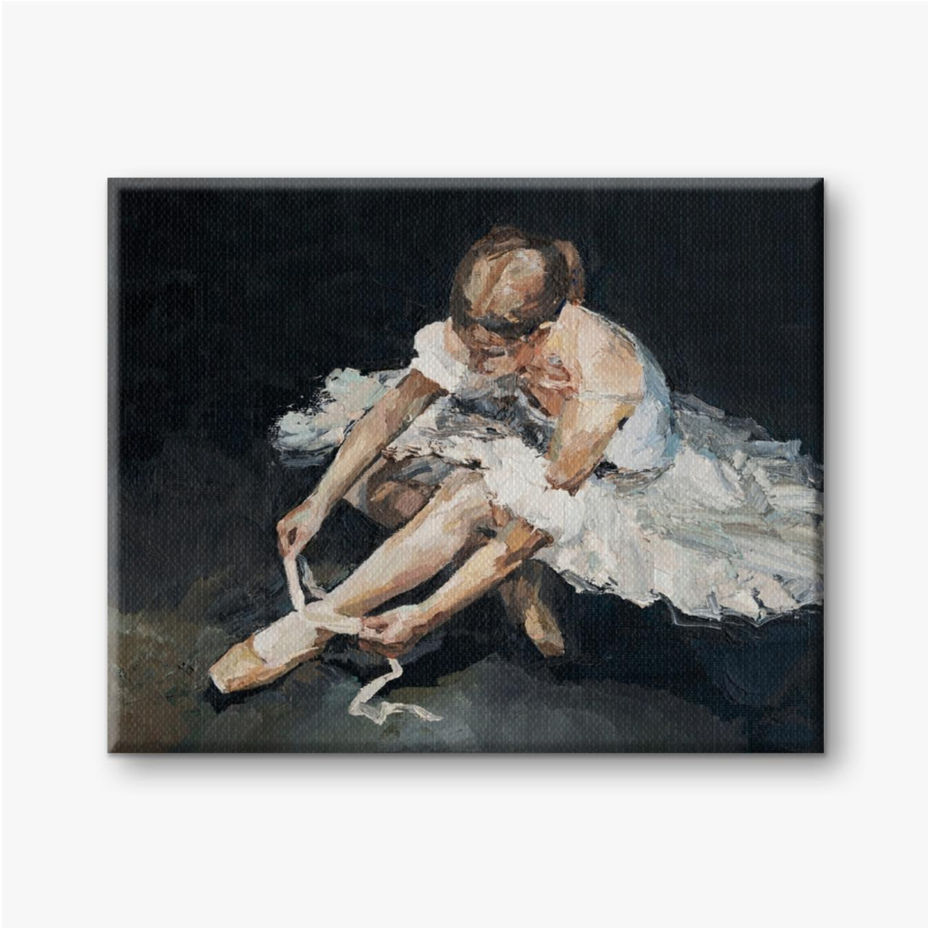 Junge schöne Ballerina im üppigen weißen und hellweißen Kleid sitzt vor der Aufführung auf dem Boden